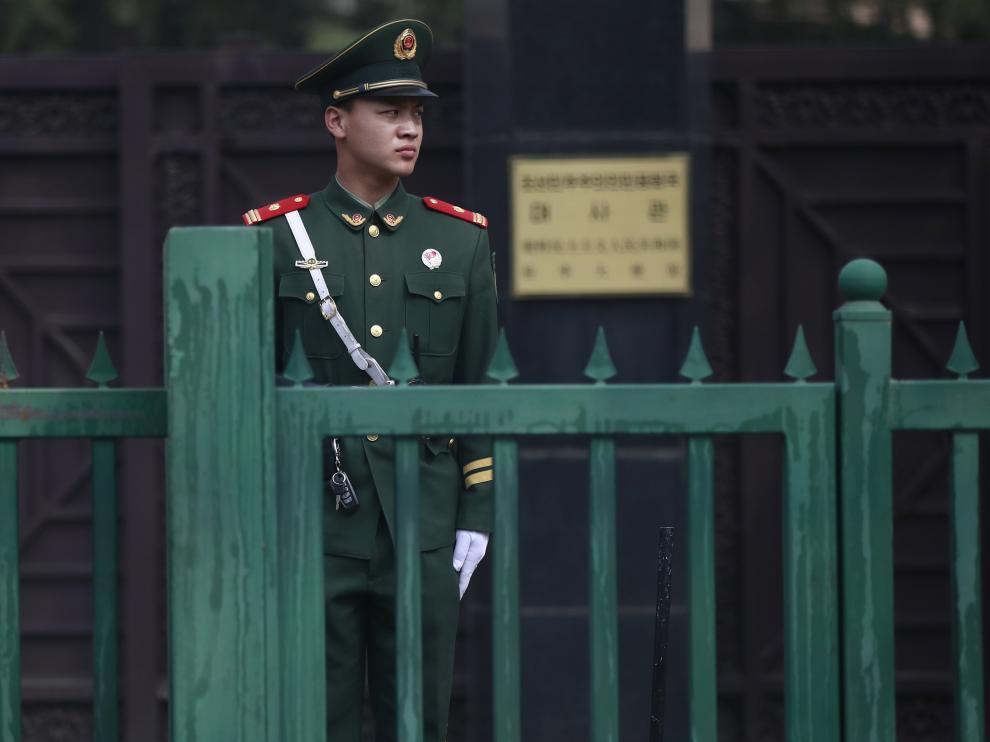 Un soldado del Ejército Popular de Liberación de China en la embajada de Corea del Norte en Pekín.