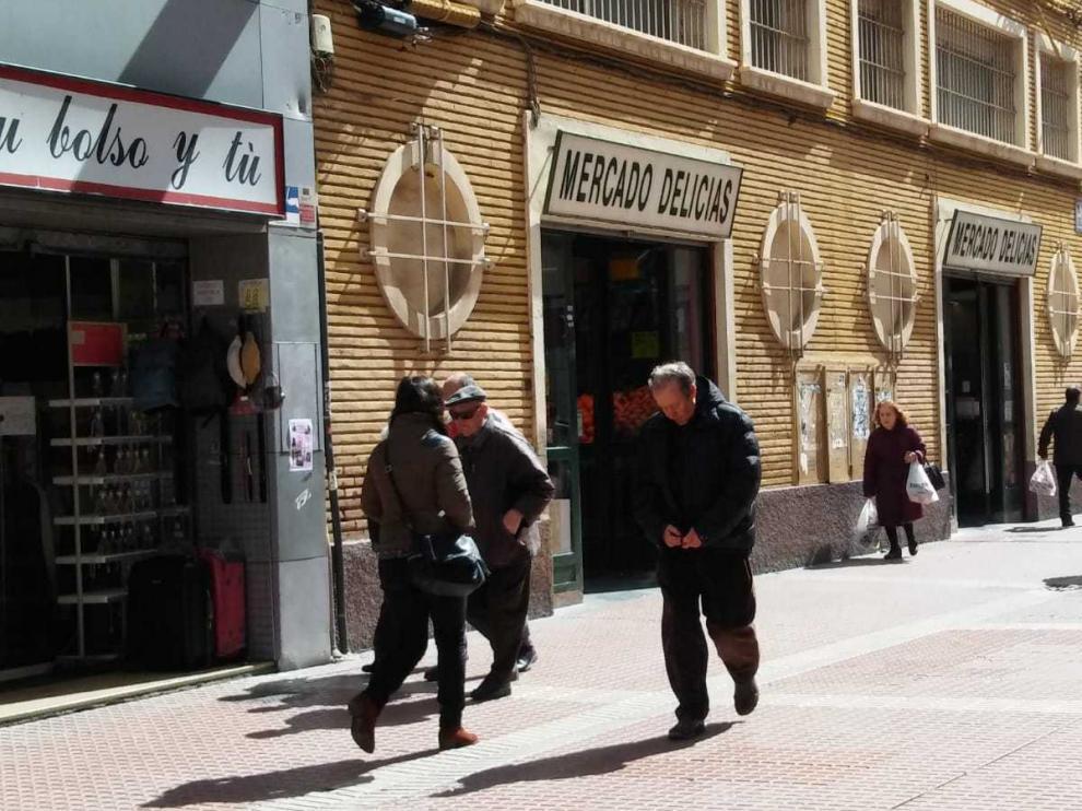 Una imagen del Mercado Delicias en esta concurrida calle comercial de Zaragoza.