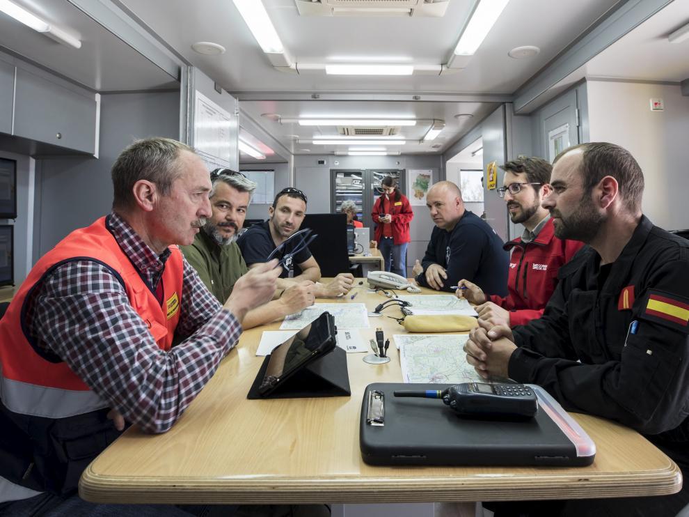 Una reunión en el puesto de mando avanzado instalado en Pina de Ebro.