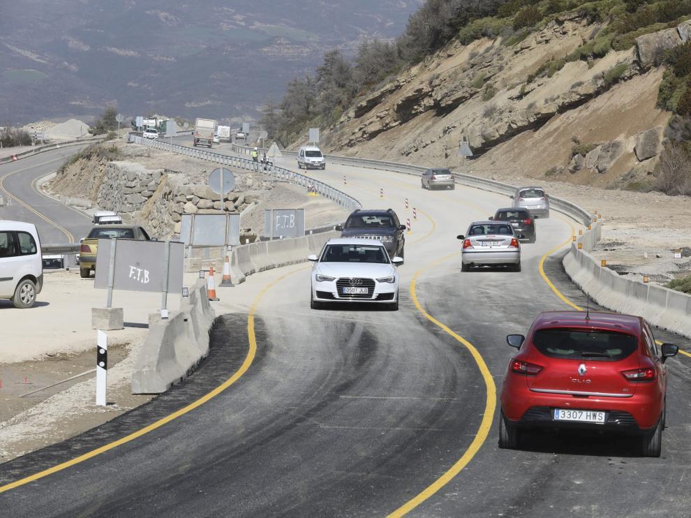 Los primeros vehículos acceden por el desvío provisional habilitado en el puerto de Monrepós, tras una semana cerrado.