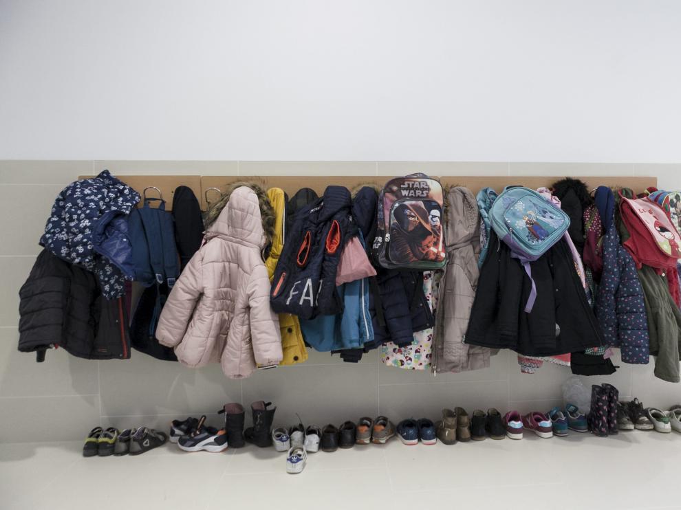 Abrigos y calzado de alumnos de infantil en un colegio de Zaragoza ciudad.