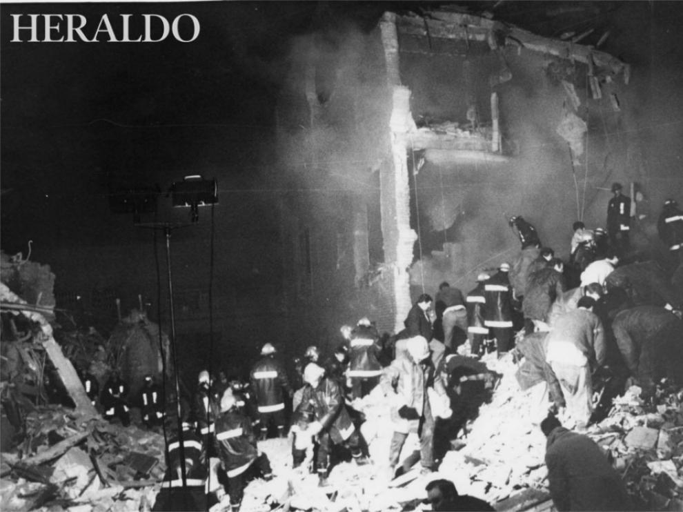 La casa cuartel de la avenida Cataluña instantes después del atentado, durante la evacuación de los heridos y la búsqueda de fallecidos.