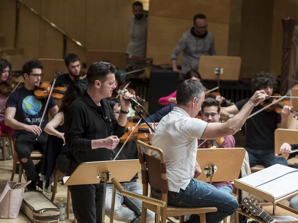 Santiago Auserón, cantando, y Ricardo Casero, a la batuta, durante el ensayo general de este viernes de 'Vagamundo'.