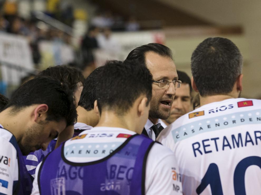 Santi Herrero da instrucciones a sus jugadores