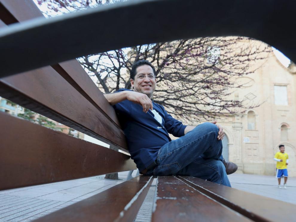 Dominique Leyva, en la céntrica plaza de Santo Domingo de Huesca, donde vive desde el año 2000.