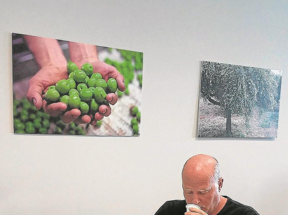 El experto norteamericano David Neuman cata muestras de aceite de oliva virgen extra.