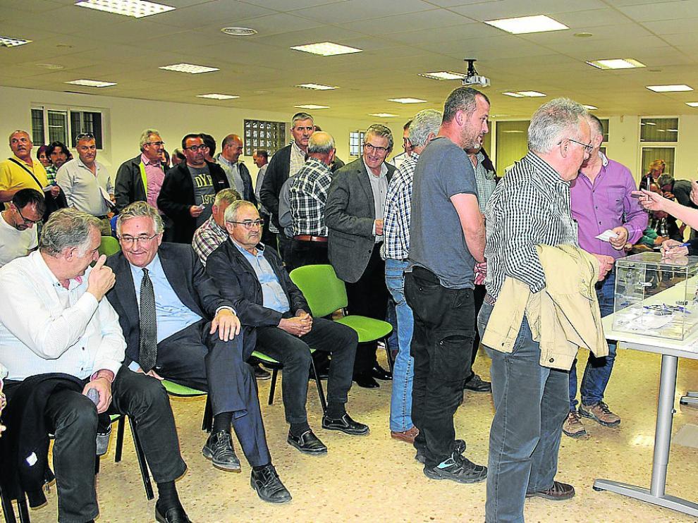 Olona (sentado en el centro) estuvo presente durante el desarrollo de la votación del proyecto.