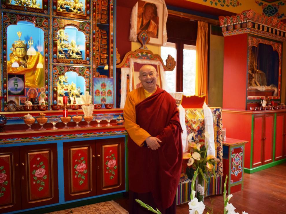 El lama Drugyu Tempa se muestra sonriente en una de las estancias del monasterio de Panillo.