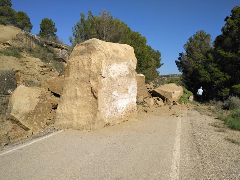 Un desprendimiento corta la carretera entre Cartuja y Pallaruelo
