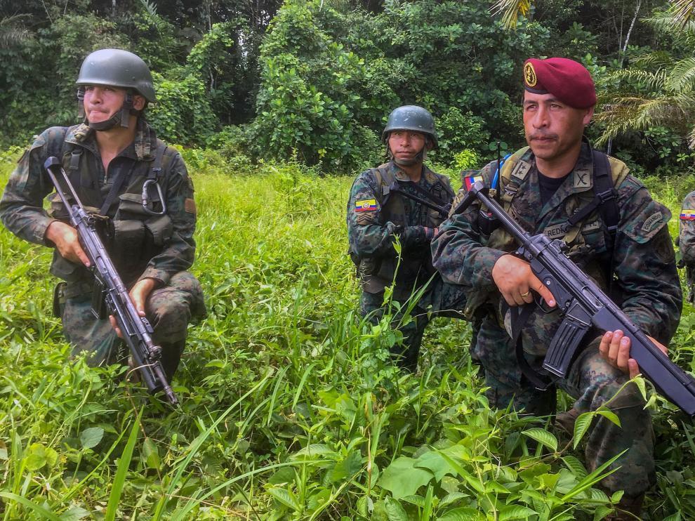 Miembros de las tropas de Ecuador patrullan una zona rural de Tumaco
