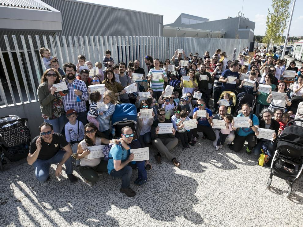 Casi un centenar de personas se concentraron este viernes a las puertas del colegio Parque Venecia