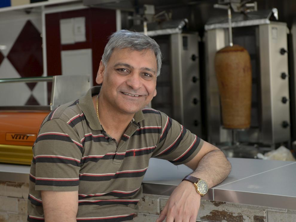 Zia, en su local, 'Rafi Kebab', uno de los restaurantes de comida típica de Medio Oriente más populares de Teruel.