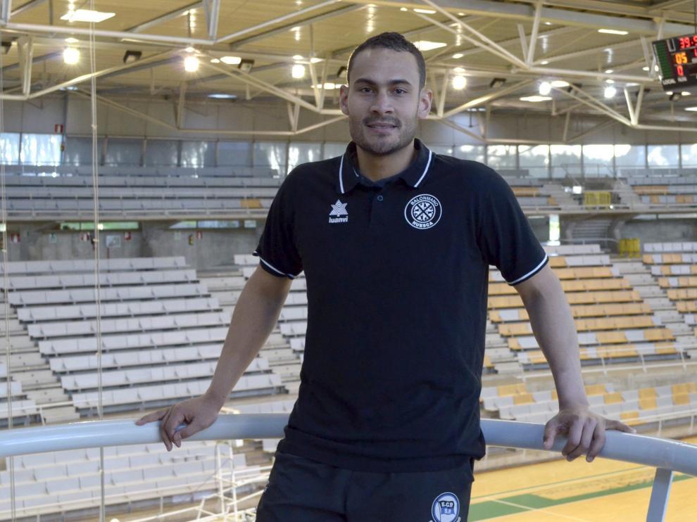 Diógenes Cruz 'Dijá' posa ante la pista del Palacio de Deportes de Huesca, donde el Bada juega como local.