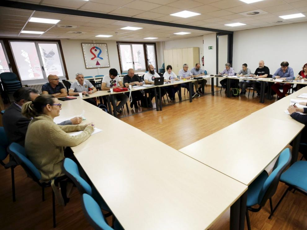 Empresa y trabajadores de Avanza Zaragoza, este viernes en el SAMA.