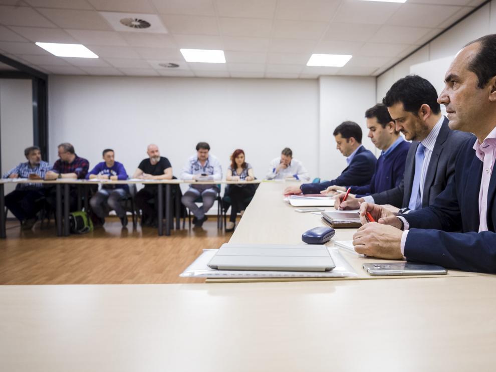 La dirección de Avanza Zaragoza -derecha-, junto a los sindicatos -enfrente-