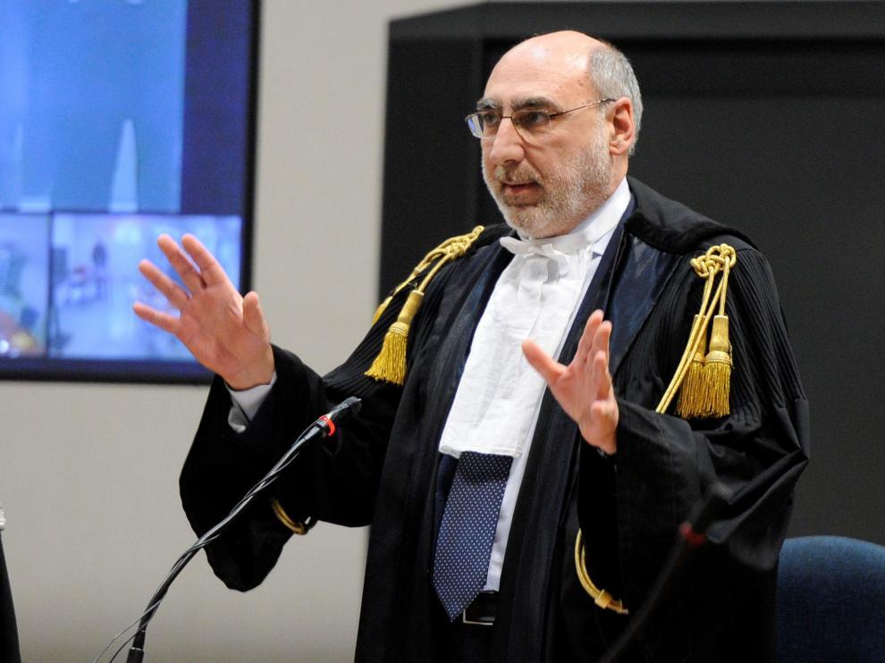 Alfredo Montalto, presidente de la corte, leyendo la sentencia.