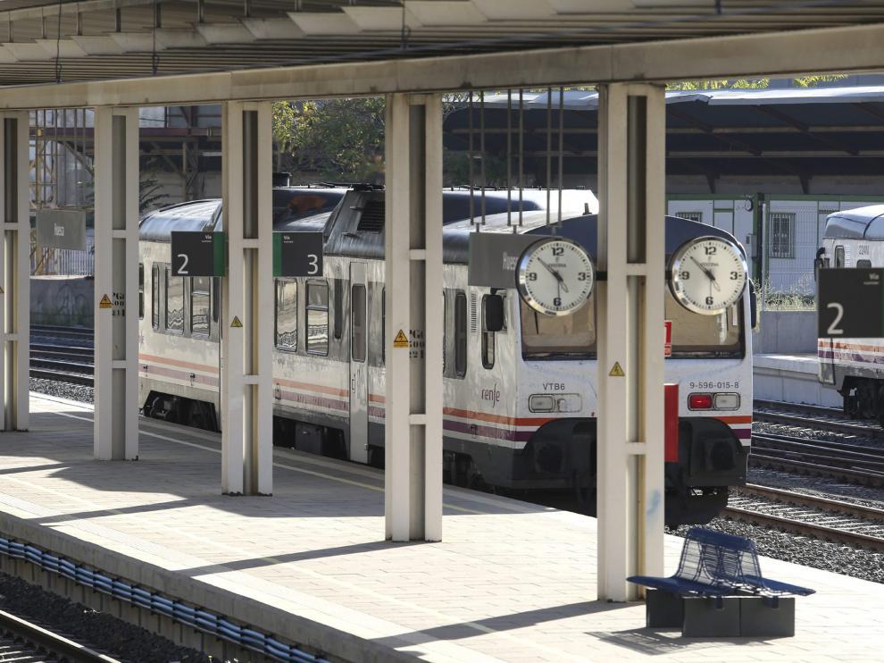 Un Canfranero llegando a la estación de Huesca.