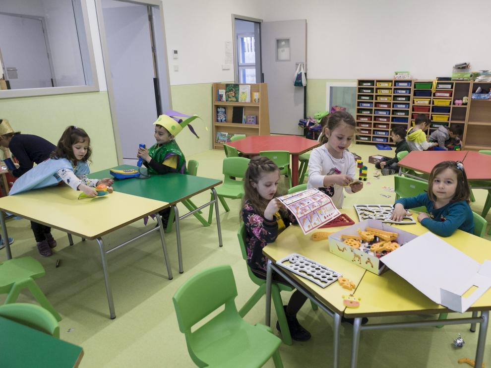 Niños de infantil en el nuevo colegio Valdespartera III de Zaragoza.
