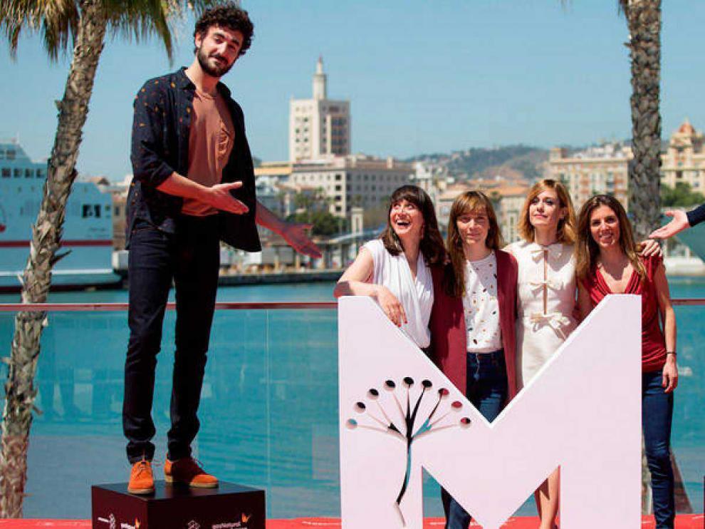El equipo de la película 'Las distancias' con los actores Miki Esparbé, Alexandra Jiménez, María Ribera, Bruno Sevilla, la directora Elena Trapé y la productora Marta Ramírez.