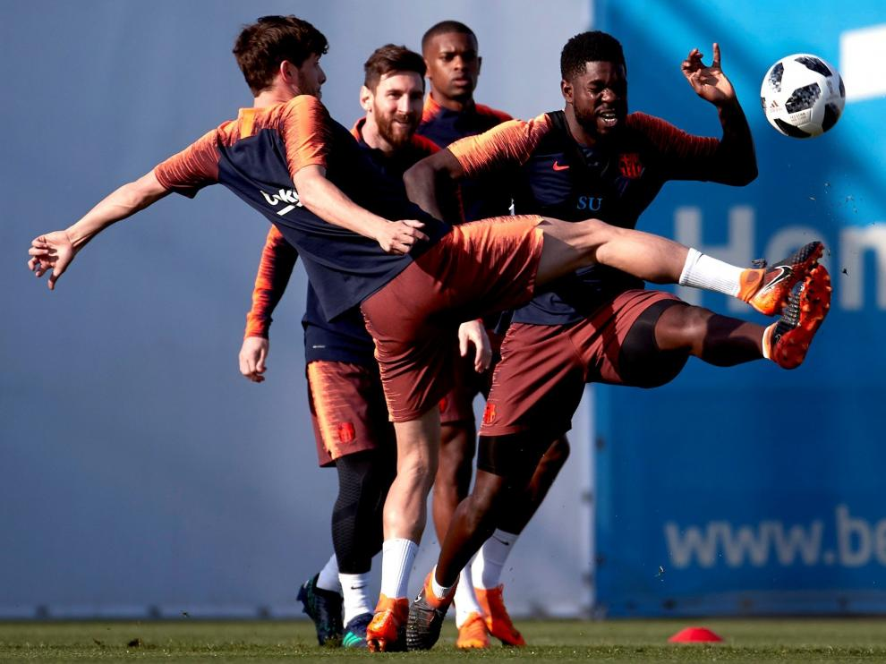 Sergi Roberto (i), Messi (c) y Samuel Umtiti (d), durante el entrenamiento de este viernes.