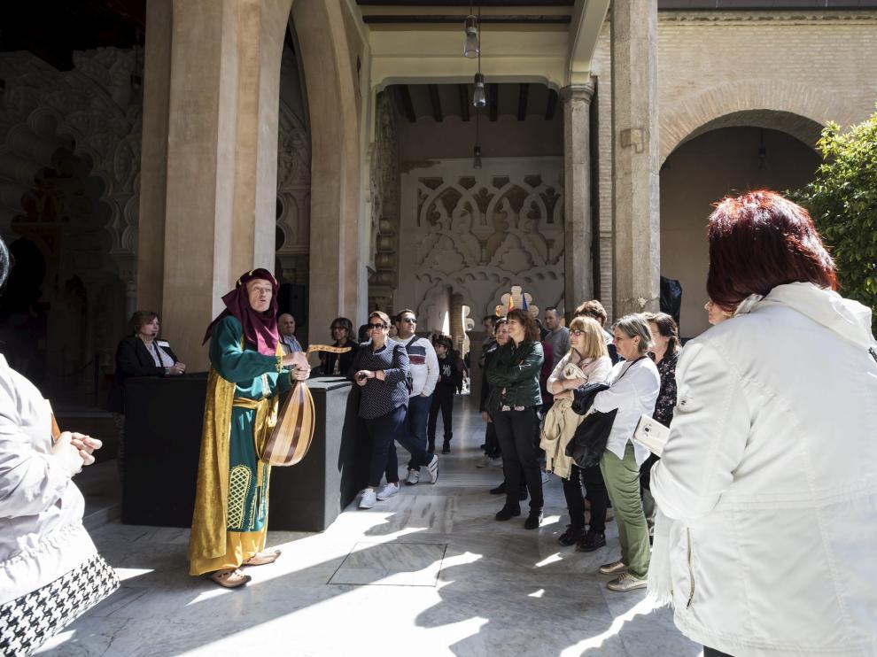 Abú Yaáfar al-Muqtádir, rey de la taifa de Saraqusta, recibía ayer a los visitantes del palacio de la Aljafería.