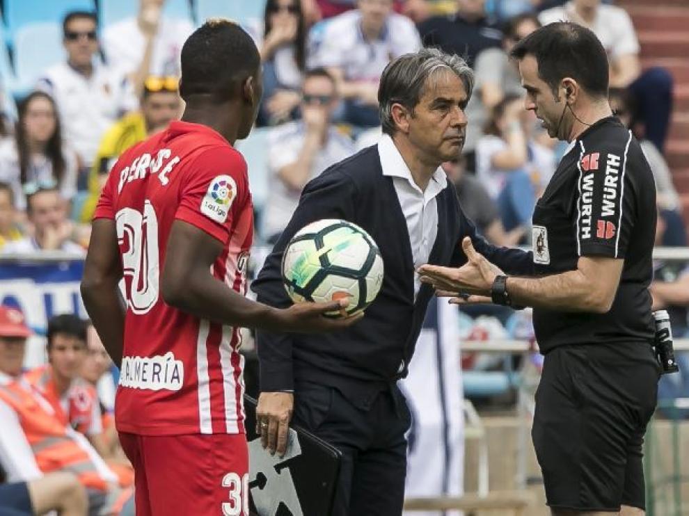 Momento en el que Natxo González fue amonestado este sábado por el árbitro riojano Ocón Arráiz en el minuto 43 del partido ante el Almería.