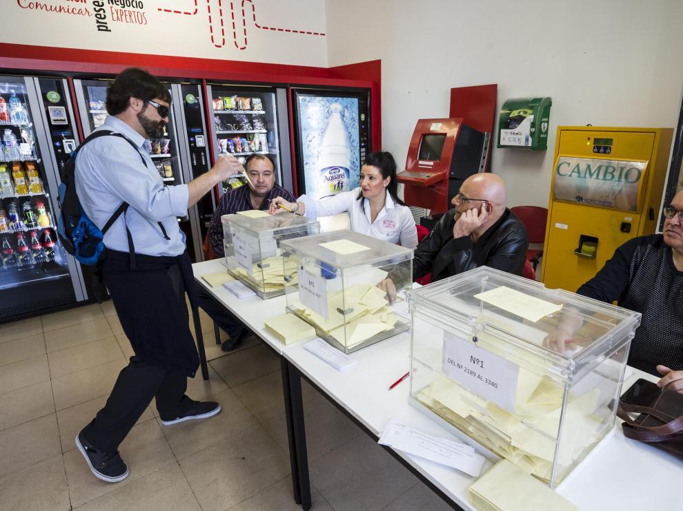La plantilla votó en cocheras.Las urnas se abrieron a las 4.30 de la madrugada y se cerraron a medianoche.