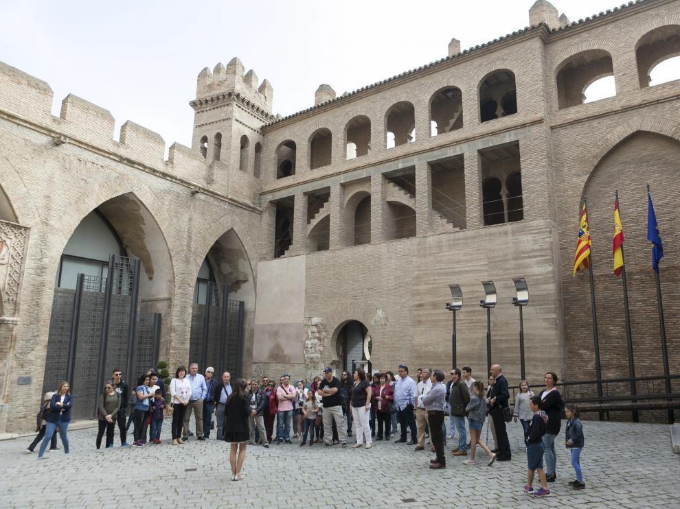 Filas para visitar ayer el palacio de la Aljafería, donde hoy se entregarán las distinciones.