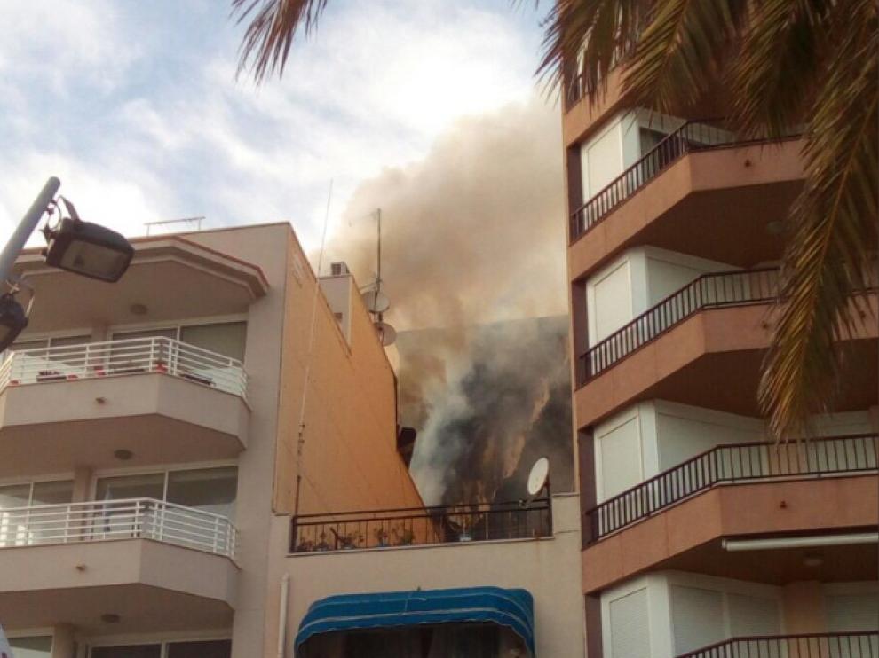 Un herido al incendiarse el ático de un edificio en Calafell