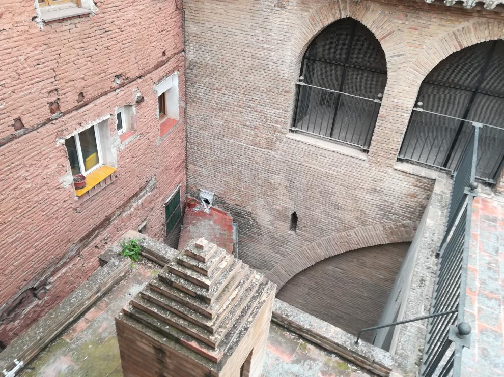 Uno de los detenidos saltó desde su ventana (con la baldosa amarilla) al tejadillo inferior y de ahí al patio, desde una altura de cinco metros, y se rompió un tobillo.