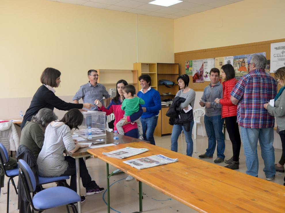 Vecinos de Cella acudían ayer a votar sobre el futuro de una finca municipal en un colegio habilitado para la consulta popular.
