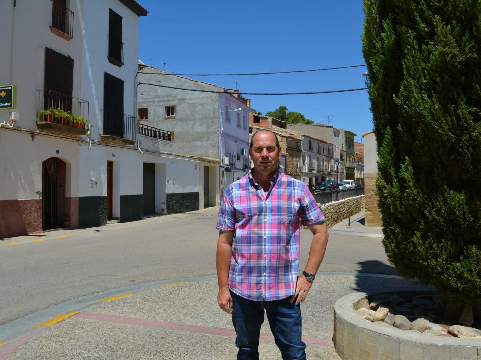 El alcalde de Chiprana, en un rincón de la localidad.