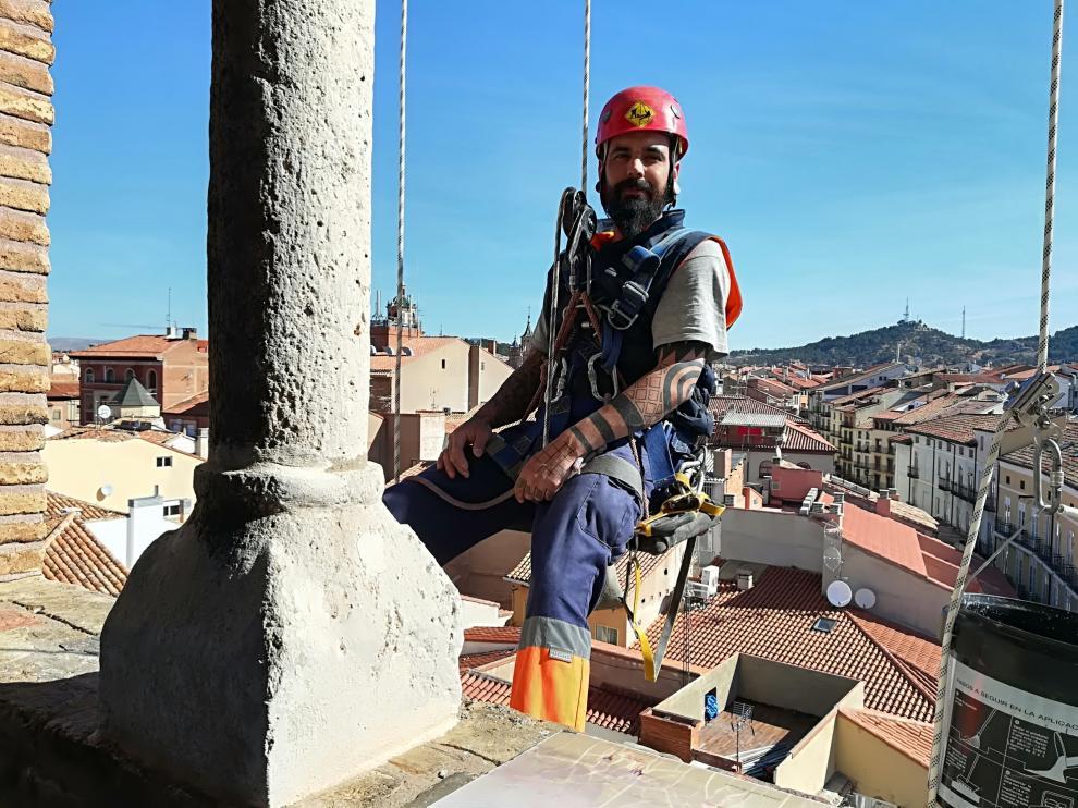 Daniel Magro, de la empresa Vertical Aragón, a punto de descolgarse por el exterior de la torre.