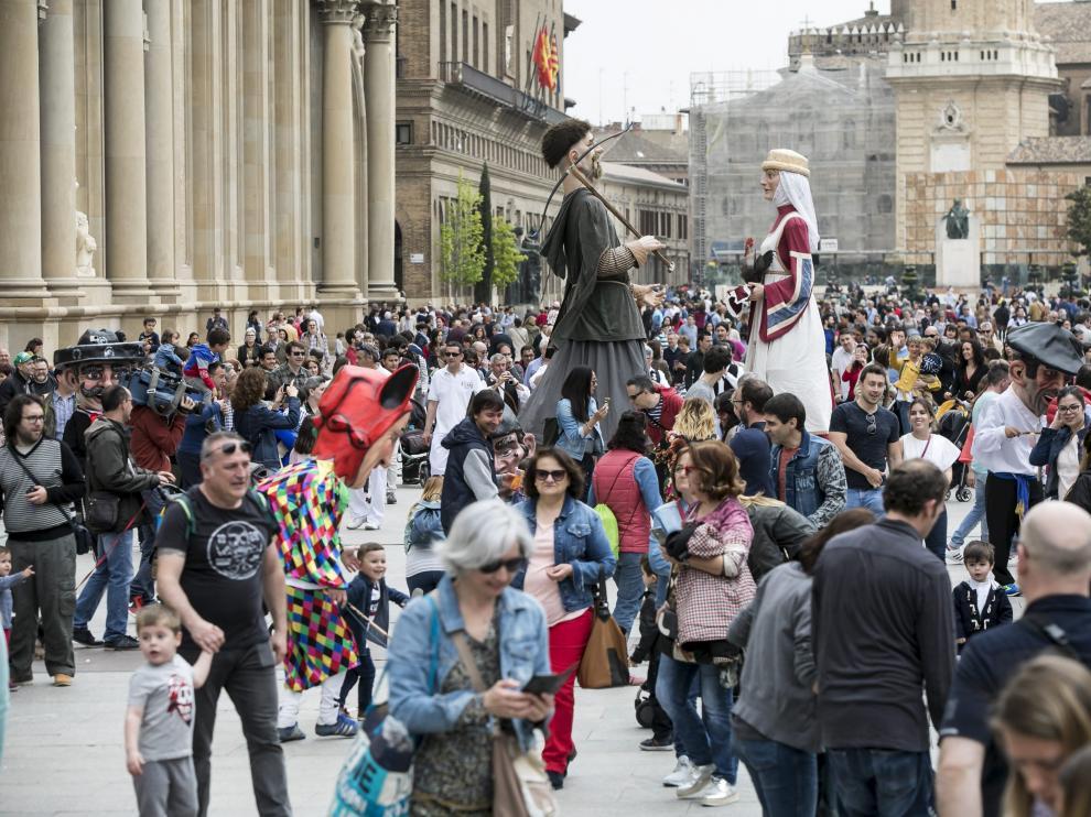 Los gigantes Boneta y Micer Pedro sobresalían ayer entre el gentío en la plaza del Pilar.