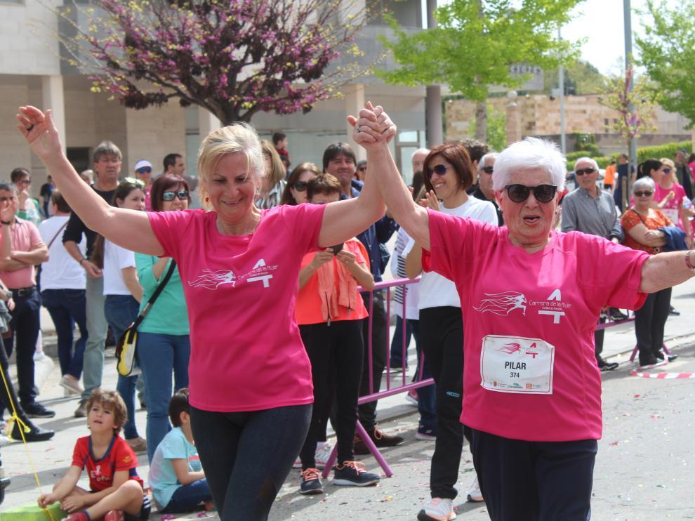 Unas 900 corredoras muestran su solidaridad en la lucha contra el cáncer en la IV Carrera de la Mujer de Monzón
