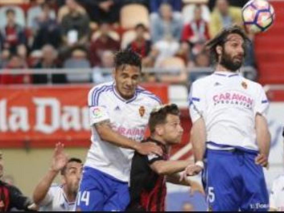Samaras, el año pasado en Reus, donde fue titular por única vez en su breve y extraño paso por el Real Zaragoza, intenta cabecear junto a Marcelo Silva.
