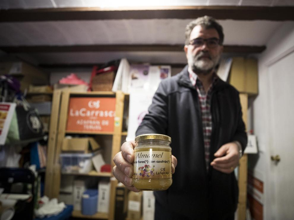 José Antonio Esteban muestra  la sabrosa miel con azafrán ecológico de La Carrasca.