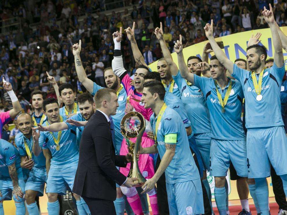 Momento de la entrega del trofeo de campeones al Inter Movistar.