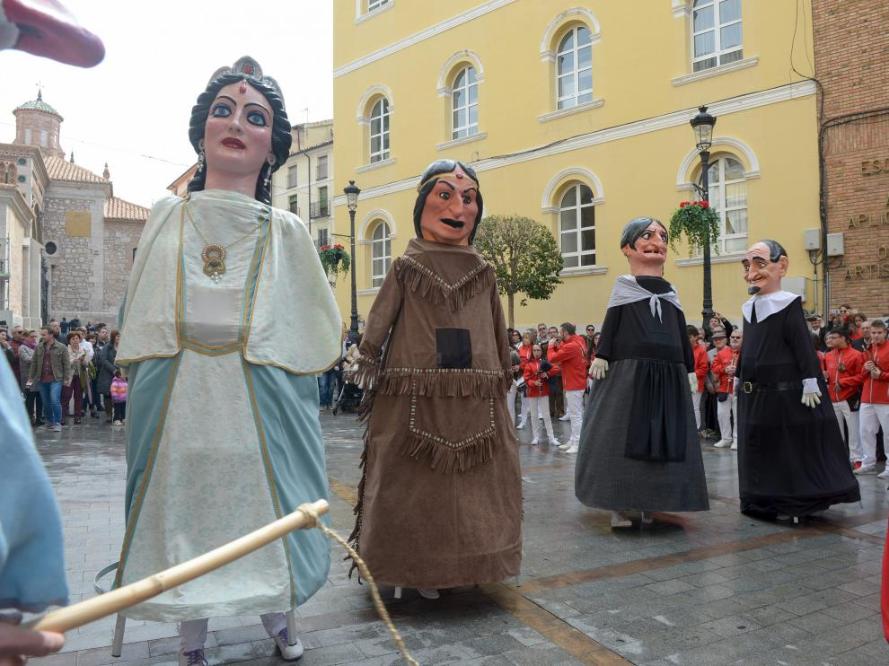 Los cuatro nuevos 'giganticos' bailan en la plaza de la Catedral ante el público.