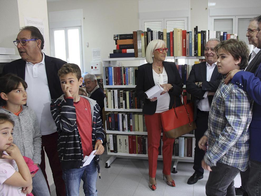 Los padres de Chacón (izda.), junto con las autoridades y los niños que leyeron poemas.