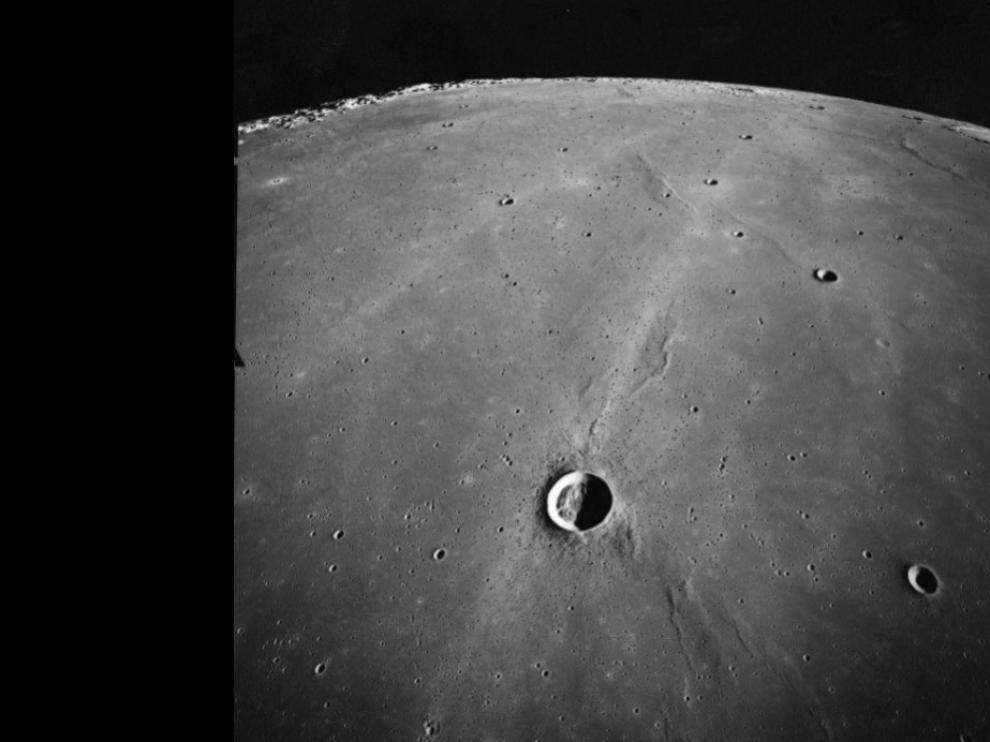 En la parte superior de la imagen se distingue Dorsum Azara, una arruga en la superficie lunar de más de 100 km de longitud