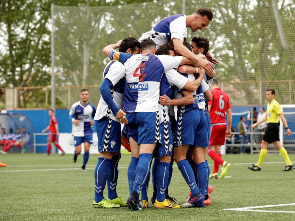 Los jugadores del Ebro hacen una piña. Al fondo, González.