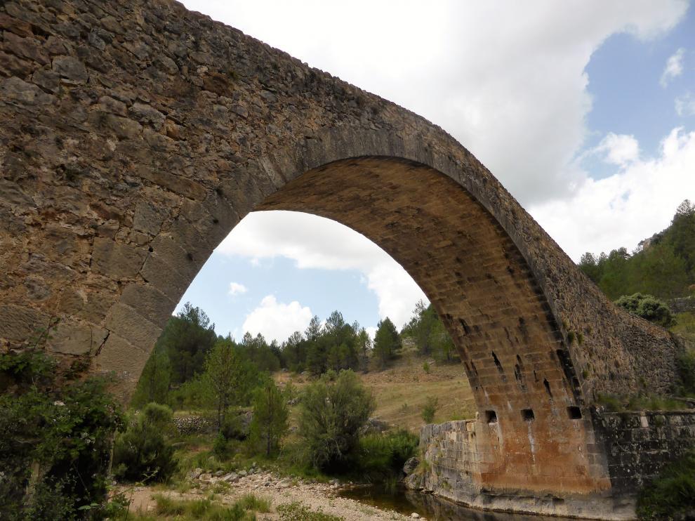 Mosqueruela. El puente de las Maravillas, entre Mosqueruela y Vistabella del Maestrazgo (Castellón), es uno de los grandes desconocidos pese a sus considerables dimensiones. De perfil alomado, responde a la tipología medieval.