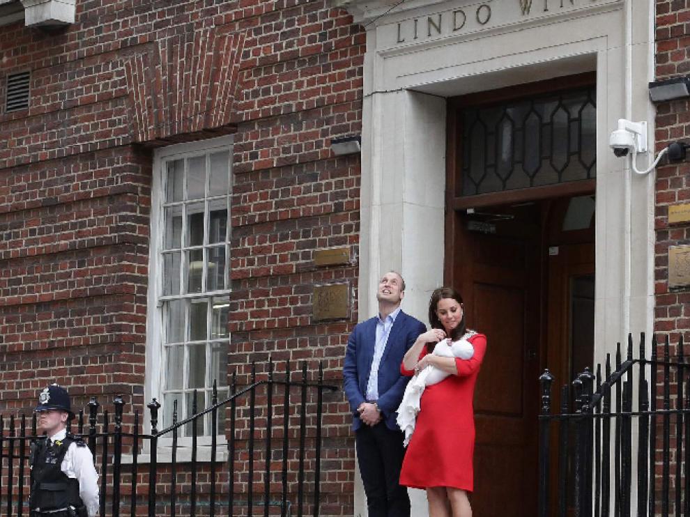 La Duquesa de Cambridge da a luz a su tercer hijo, lo presenta y se va a su casa
