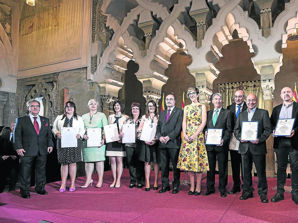 Los premiados posan con Javier Lambán y Violeta Barba (en el centro) y con Ángel Dolado (a la izquierda).