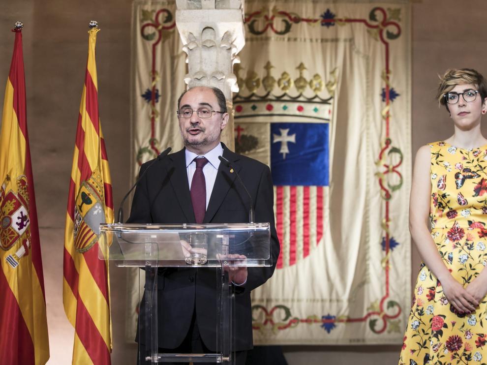 El presidente de Aragón, Javier Lambán, junto a la de las Cortes, Violeta Barba, este lunes, en la Aljafería.