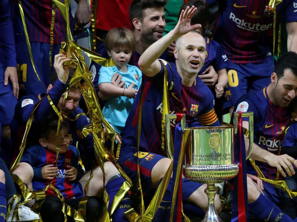 Andrés Iniesta y sus compañeros de equipo celebran la victoria del FC Barcelona en la Copa del Rey.