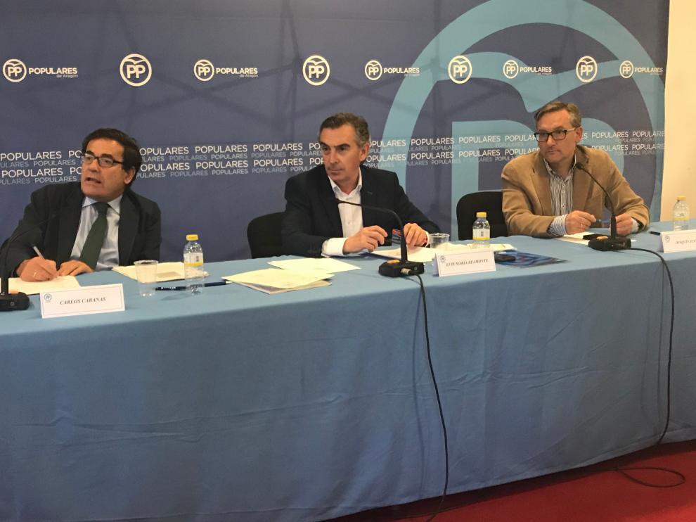 Beamonte, en el centro, con Carlos Cabañas -izquierda- y Joaquín Juste,