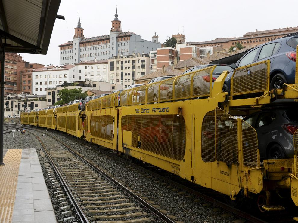 Cuatro trenes a la semana llegan cargados de coches producidos en la factoría de Opel Figueruelas al puerto de Valencia