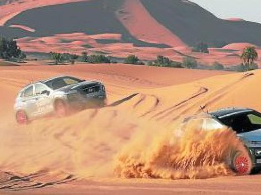 Dos Hyundai Kona, en las dunas del desierto de Marruecos.